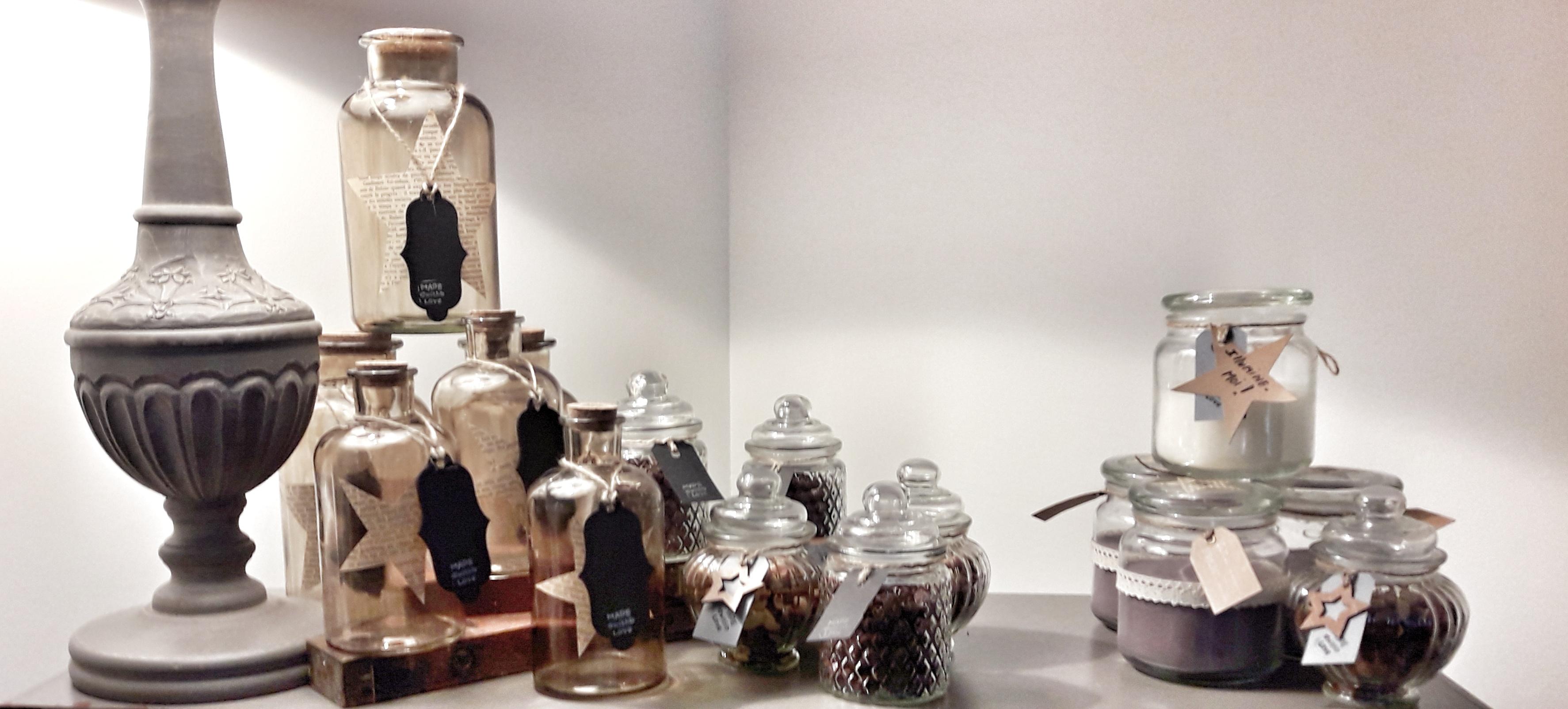 Bouteille et bougies costumisées par Yessa -  boutique en ligne : https://www.etsy.com/shop/maboutiquecreative