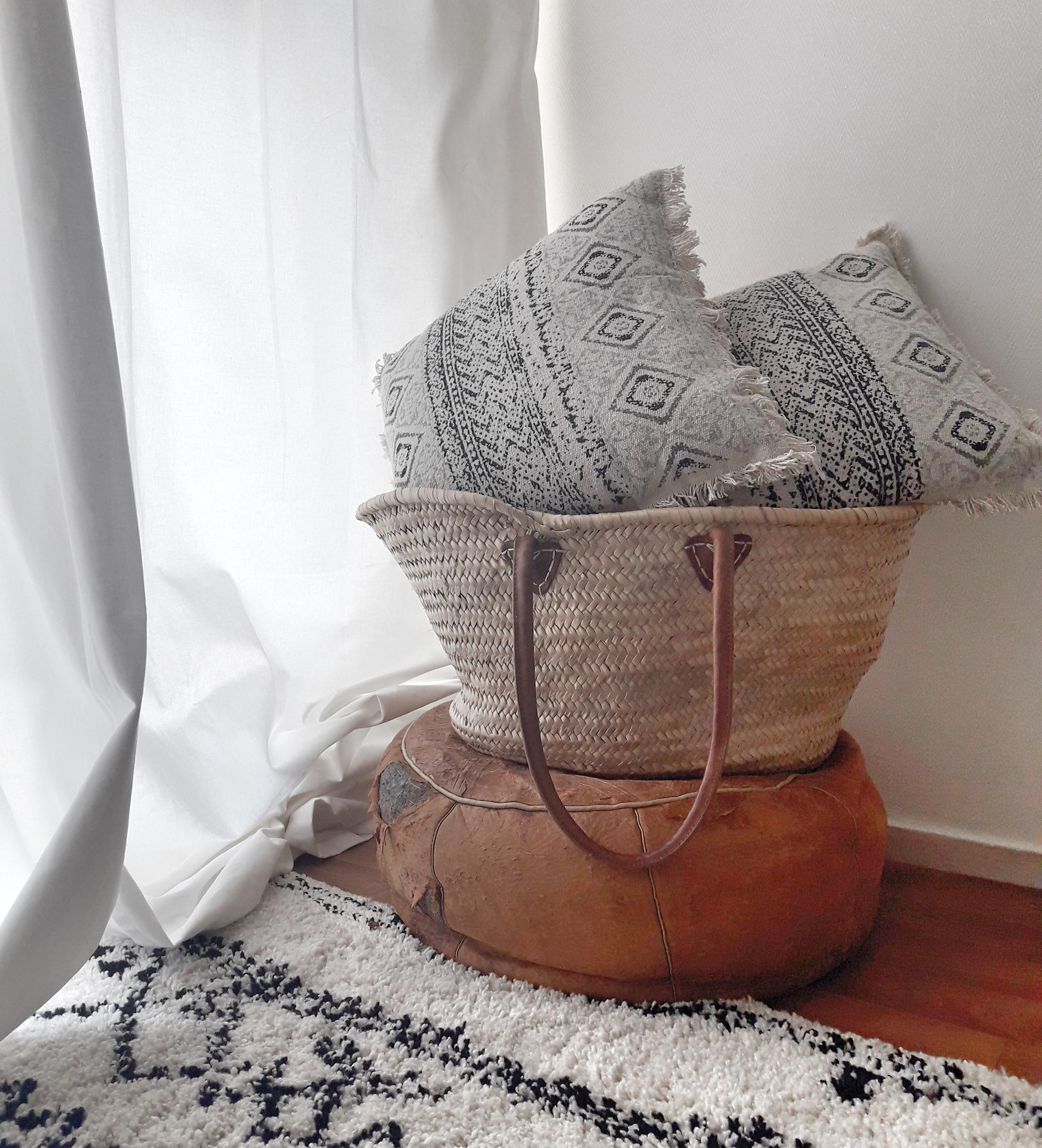 Je crois que ce pouf en cuir (du Maroc) n'a plus d'âge. Nous en avions pris 2 de la maison de ma grand mère. Il est très usé mais toujours très beau ...