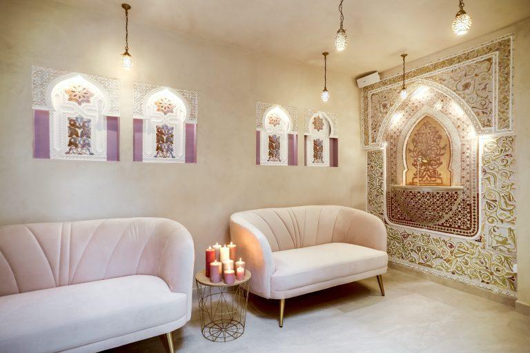 Salle détente réservée aux femmes, les tons sont rose pastel / or, la déco est (je le répète) juste magnifique ...