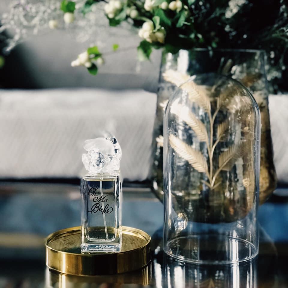 Oh Ma Biche est la nouvelle Eau de parfum audacieuse et envoutante de Lolita Lempicka. Son bouquet pétillant et fruité éveille les sens et les émotions. L'harmonie de ses notes Bellini, agrumes et muscs en fait un élixir précieux et gourmand. Il vous surprendra par sa fraîcheur et sa légèreté.