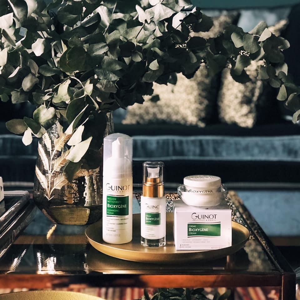 Mousse Nettoyante BIOXYGÈNE 150ml . 27€* Nettoie et démaquille en douceur. PRO-OXYGÈNE  Sérum BIOXYGÈNE 30ml . 75,50€* Contribue à détoxifier et défatiguer la peau pour un teint frais et reposé.  Crème BIOXYGÈNE 50ml . 71€* Favorise l'oxygénation des cellules et protège la peau des méfaits de l'environnement et de la pollution, tout en l'hydratant durablement.